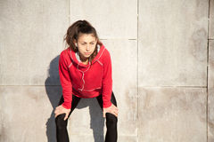 Attraktive Frau, die nachdem dem Rütteln stillsteht Stockfotografie