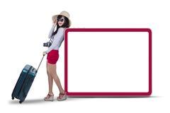 Attraktive Frau, die nahe bei copyspace 2 steht Stockfotografie