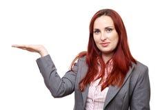 Attraktive Frau, die neues Produkt vorstellt Stockfotografie