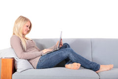 Attraktive Frau, die Notebook-Computer verwendet stockfoto