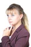 Attraktive Frau, die oben denkend schaut Stockbilder
