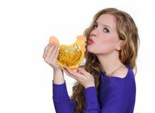 Attraktive Frau, die Ostern-Huhn küßt Stockbild