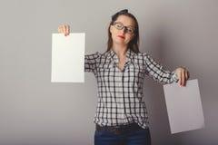Attraktive Frau, die Papierfreien raum in ihren Händen hält Stockfoto
