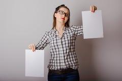 Attraktive Frau, die Papierfreien raum in ihren Händen hält Stockfotos