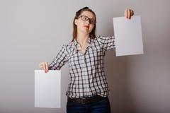 Attraktive Frau, die Papierfreien raum in ihren Händen hält Stockbilder
