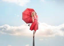 Attraktive Frau, die Regenschirm hält lizenzfreie abbildung