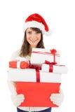 Attraktive Frau, die Sankt-Hut mit Geschenken trägt Lizenzfreie Stockfotografie