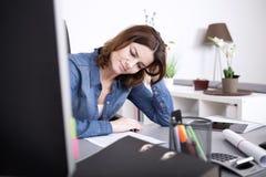 Attraktive Frau, die schwer im Büro arbeitet Stockbilder