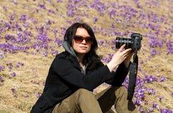 Attraktive Frau, die selfie vor dem hintergrund der blühenden Krokusse nimmt Chocholowska-Tal, Stockfoto