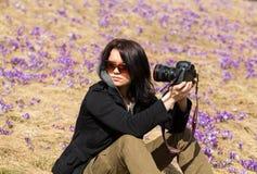Attraktive Frau, die selfie vor dem hintergrund der blühenden Krokusse nimmt Chocholowska-Tal, Lizenzfreie Stockbilder