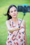 Attraktive Frau, die Smartphone selfie nimmt Stockfoto