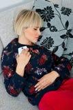 Attraktive Frau, die am Sofa Nickerchen macht Stockbilder