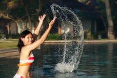 Attraktive Frau, die Spaß hat Lizenzfreie Stockfotografie