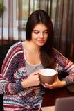 Attraktive Frau, die Tasse Kaffee hält Lizenzfreies Stockbild