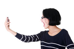Attraktive Frau, die zum Telefon schreit. Lizenzfreie Stockfotos