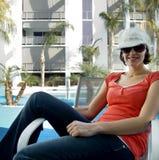 Attraktive Frau durch Pool Stockfoto