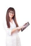 Attraktive Frau in einem Laborweißen Mantel mit Tablette stockbild
