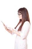 Attraktive Frau in einem Laborweißen Mantel mit Tablette lizenzfreies stockbild