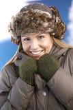 Attraktive Frau gekleidetes warmes lächelndes Einfrieren Stockbilder