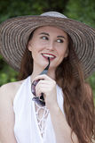 Attraktive Frau gesetzt auf dem Ufer Lizenzfreie Stockfotografie