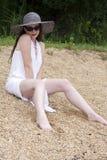 Attraktive Frau gesetzt auf dem Ufer Lizenzfreie Stockfotos