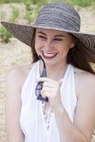 Attraktive Frau gesetzt auf dem Ufer Stockfoto