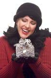Attraktive Frau hält Geschenk an lizenzfreie stockfotos