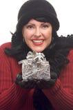 Attraktive Frau hält Geschenk an lizenzfreie stockbilder
