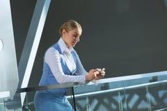 Attraktive Frau im Bürogebäude Stockfoto
