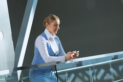 Attraktive Frau im Bürogebäude Stockbild