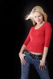 Attraktive Frau im beiläufigen Rot stockfotos