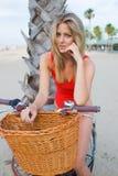 Attraktive Frau im Bikini, der für die Kamera auf dem Strand in Kalifornien aufwirft Lizenzfreies Stockbild