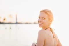 Attraktive Frau im Bikini am Ufer nahe Leuchtturm Lizenzfreie Stockfotos