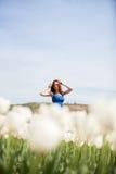 Attraktive Frau im blauen Kleid im Tulpenfeld Lizenzfreie Stockfotos