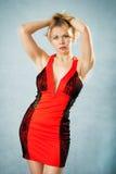 Attraktive Frau im roten Abendkleid Stockfotografie