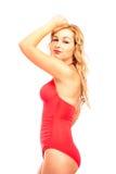 Attraktive Frau im roten Badeanzug Lizenzfreie Stockfotografie