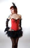 Attraktive Frau im roten Korsett und im schwarzen Rock stockfotos