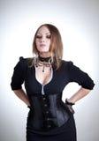 Attraktive Frau im schwarzen Kleid und im Korsett lizenzfreies stockbild