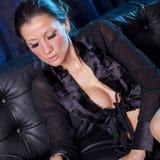 Attraktive Frau im sexy Nachthemd Stockfoto