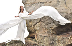 Attraktive Frau im weißen Kleid Lizenzfreie Stockfotos