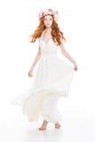 Attraktive Frau im weißen Kleid und im schönen Kranz von Rosen Lizenzfreie Stockfotos