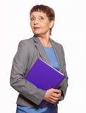 Attraktive Frau 50 Jahre alt mit einem Ordner für Dokumente Stockfoto