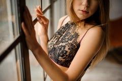 Attraktive Frau kleidete im schwarzen Spitze-BH an, der nahe dem Gewinn bleibt Lizenzfreies Stockbild