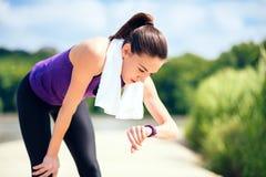 Attraktive Frau machend im Freien vor oder nach Training und Betrieb im Park Mit purpurrotem T-Shirt und weißem Tuch lizenzfreie stockfotos