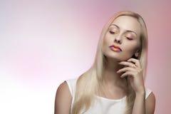 Attraktive Frau mit buntem Make-up Lizenzfreies Stockfoto