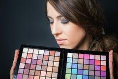 Attraktive Frau mit bunter Palette für Modemake-up Lizenzfreie Stockfotografie