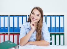 Attraktive Frau mit dem blonden Haar im Büro Stockbilder