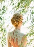 Attraktive Frau mit dem geraden blonden blonden Haar, geflochten in einer weichen Frisur von den Zöpfen für eine Prinzessin oder  lizenzfreie stockfotos