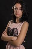 Attraktive Frau mit den Armen gefaltet lizenzfreies stockbild