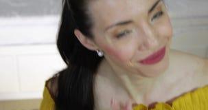 Attraktive Frau mit den blauen Augen, die Würfel auf weißer weißer Tabelle werfen stock video